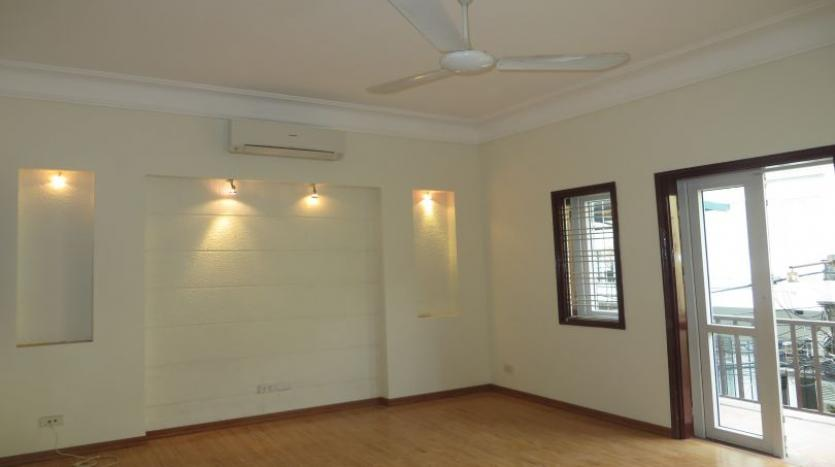 3-bedroom-house-for-rent-in-nghi-tam-village-with-unfurnished-tay-ho-10
