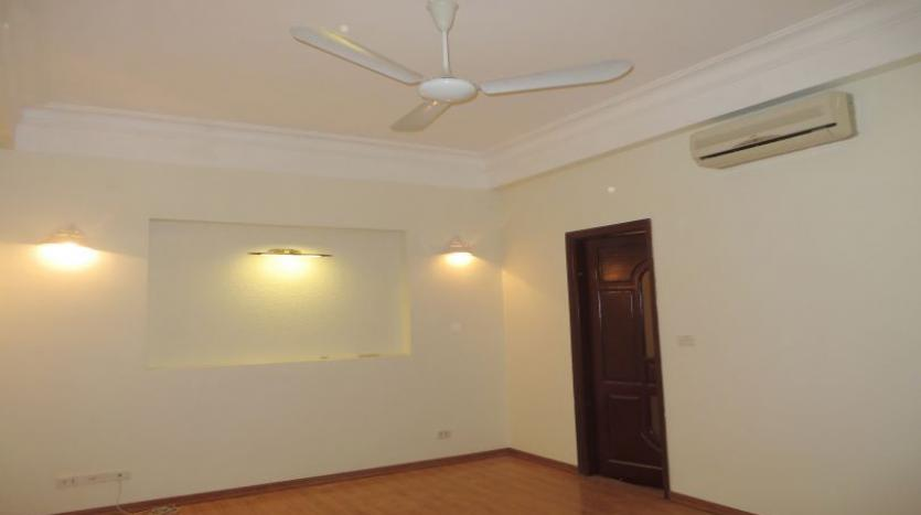 3-bedroom-house-for-rent-in-nghi-tam-village-with-unfurnished-tay-ho-4