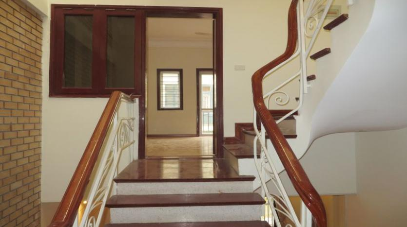3-bedroom-house-for-rent-in-nghi-tam-village-with-unfurnished-tay-ho-7