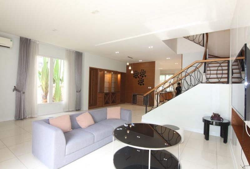 Vinhomes Riverside 4 bedroom villa rental, Hoa Sua area