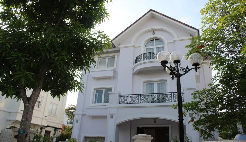 4 bedroom villa in Vinhomes Riverside to let, pool & gym