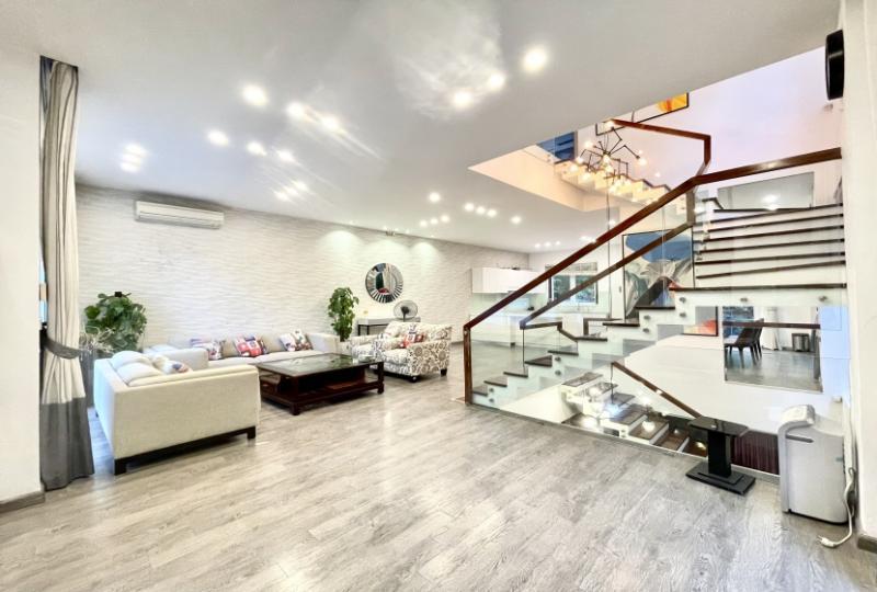 Cozy furnished villa in Vinhomes Riverside rental nearby BIS