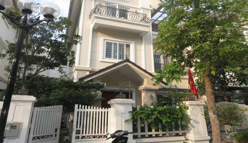 Family villa in Vinhomes Riverside for rent with fully furnished