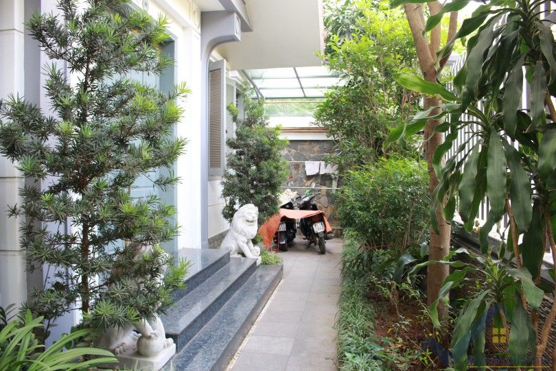 Furnished garden villa for rent in Vuon Dao Lac Long Quan street
