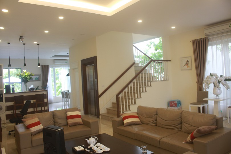 Furnished villa in Vinhomes Riverside with furnished and elevator