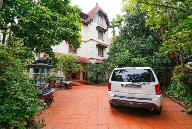 Garden surrounding 5 bedroom villa for rent in Tay Ho, pool
