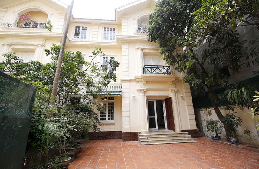 House in To Ngoc Van street Tay Ho for rent garage