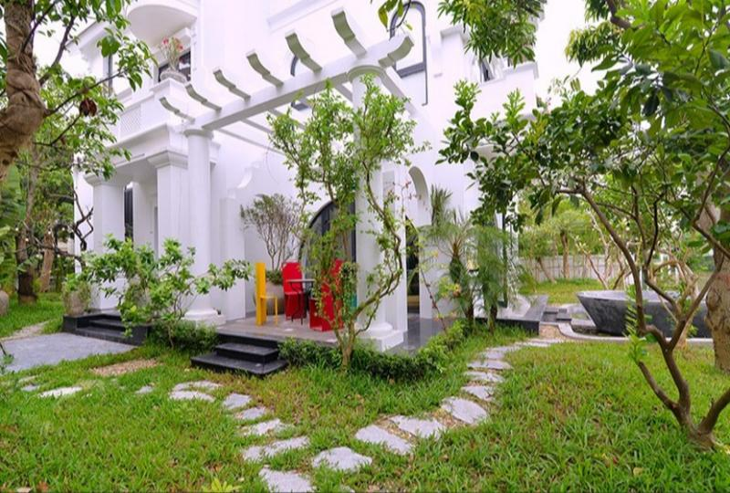 Huge garden detached villa rent in Vinhomes Riverside Hanoi