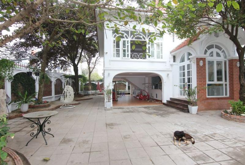 Huge garden villa in Long Bien district to rent car access
