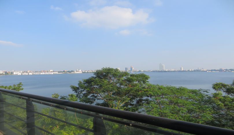 Lake view, lakeside house in Tay Ho for rent, car access