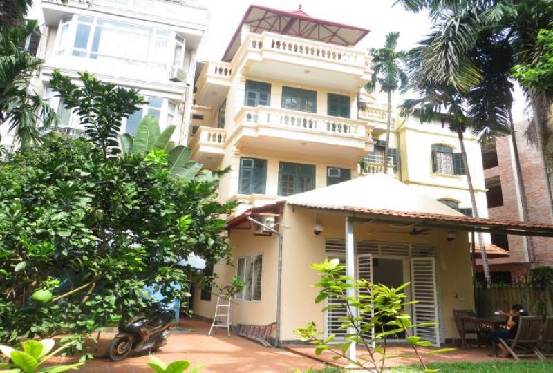 Large garden detached house to rent in Tay Ho, 4 bedrooms