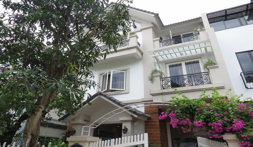 Luxury furnished villa for rent in Vinhomes Riverside, pool
