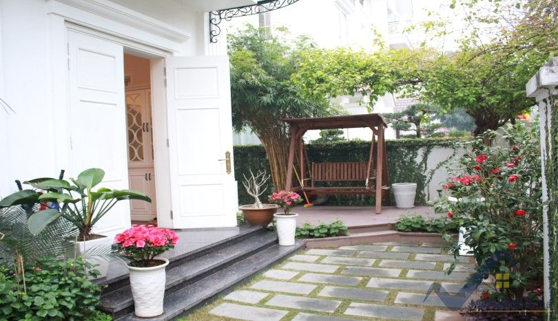Luxury Vinhomes Riverside villa to rent near BIS furnished