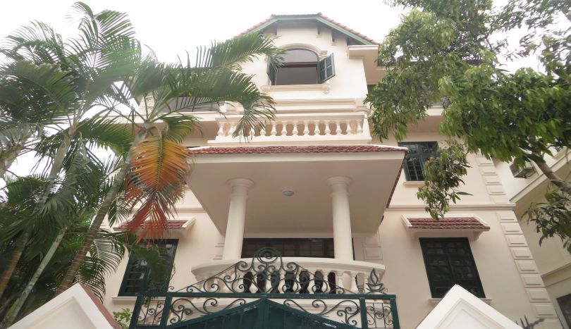 New paint 4 bedroom house to rent in Tay Ho, car access