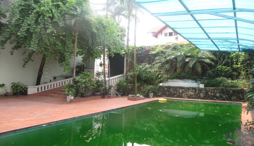 Outdoor pool and detached house to rent in Westlake