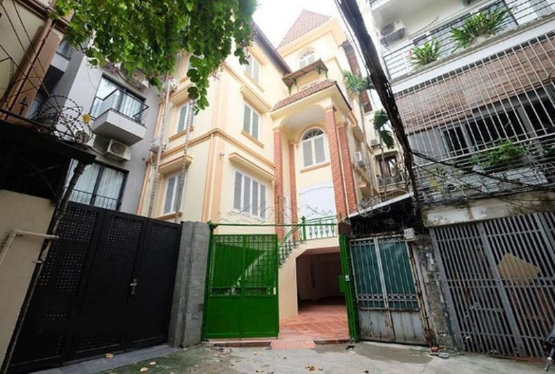 Private pool 4 bedroom terraced house to rent in Tay Ho