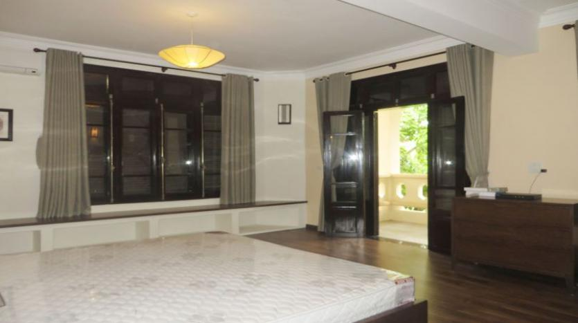 refurbished-3-bedroom-house-for-rent-in-tay-ho-large-yard-8
