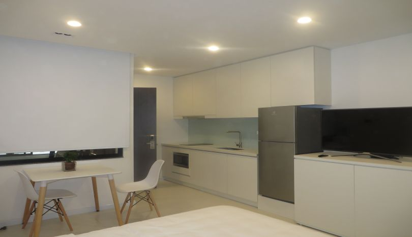 Studio apartment to let in Tay Ho, white color design