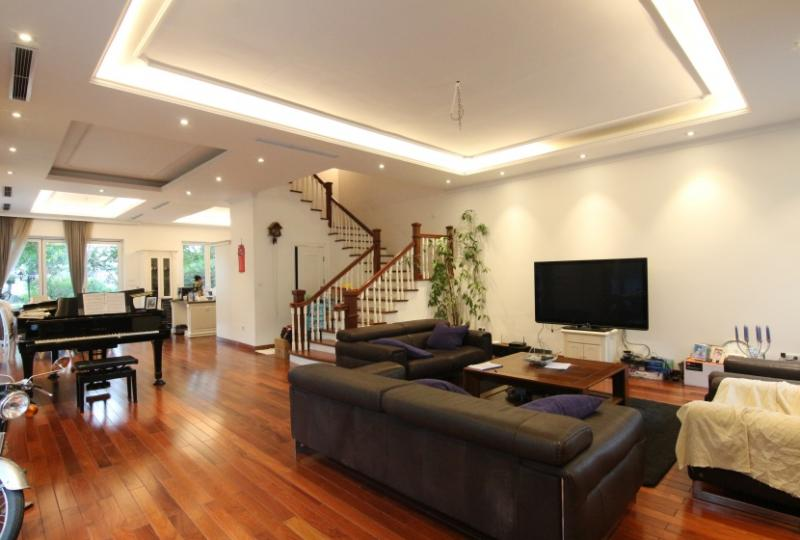 Vinhomes Riverside villa 4 bedrooms short walk to Almaz